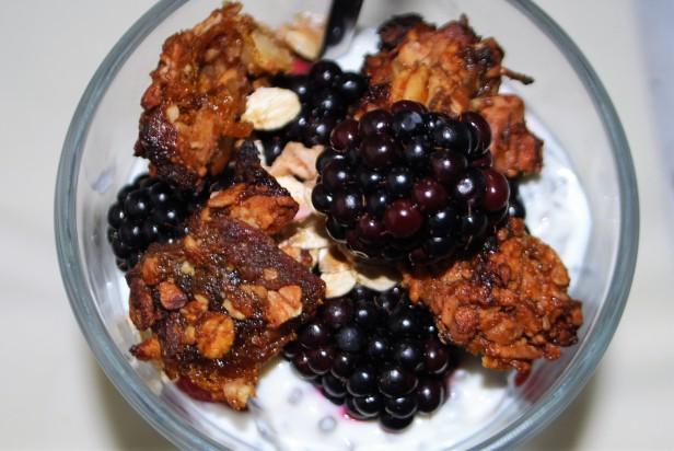 Quark mit Chia-Samen, Beeren und Granola