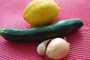Hauptzutaten für Zitronen-Zuchini-Rezept