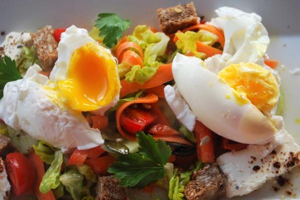 Salat mit pochierten Eiern