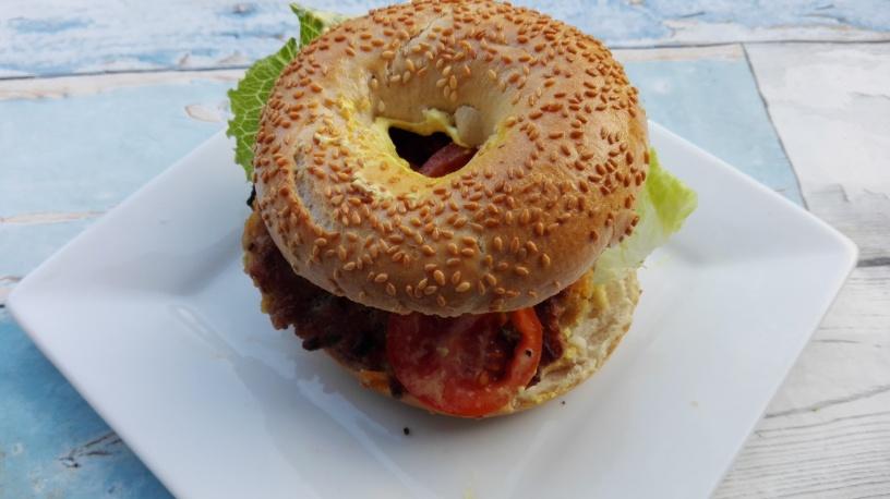 Sesam-Bagel mit Burger