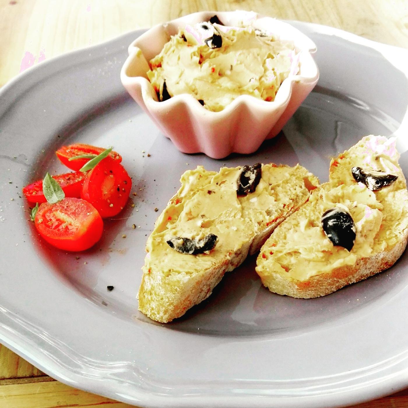 Aufstrich mit Tomaten und Oliven